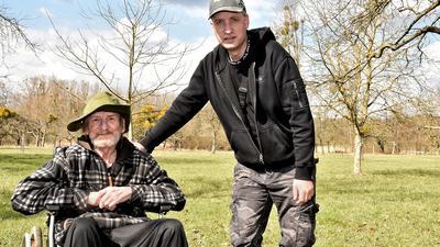 Olaf Stuckas (im Rollstuhl) aus Dettenheim mit seinem Betreuer und Lebensretter Marcel Kulz