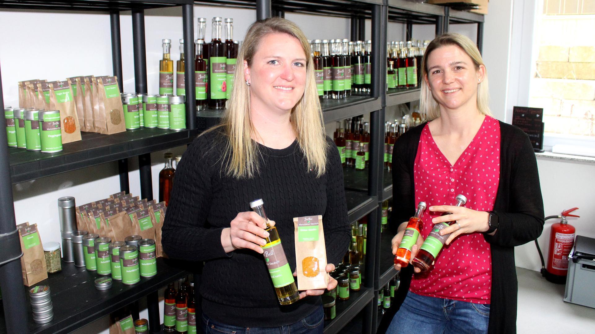 Setzen auf Nachhaltigkeit. Jessica Deutsch (re.) und ihre Schwester Isabel Schönweiler produzieren aus Kräutern und Beeren aus der Region Lebensmittel in ihrer Manufaktur.