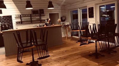 Stühle auf Tischen