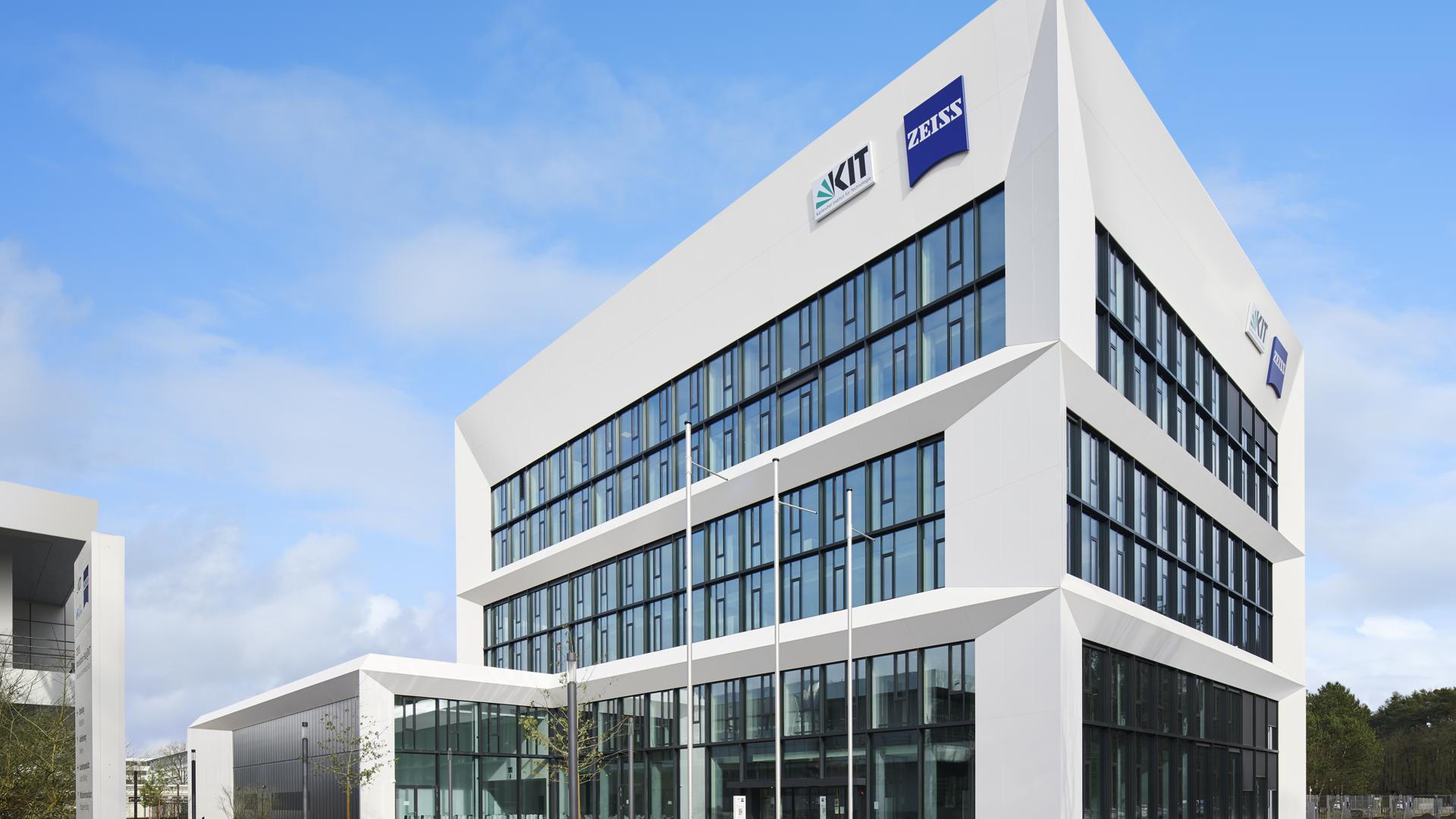 Modernes dreistöckiges Gebäude mit Logos von KIT und Zeiss