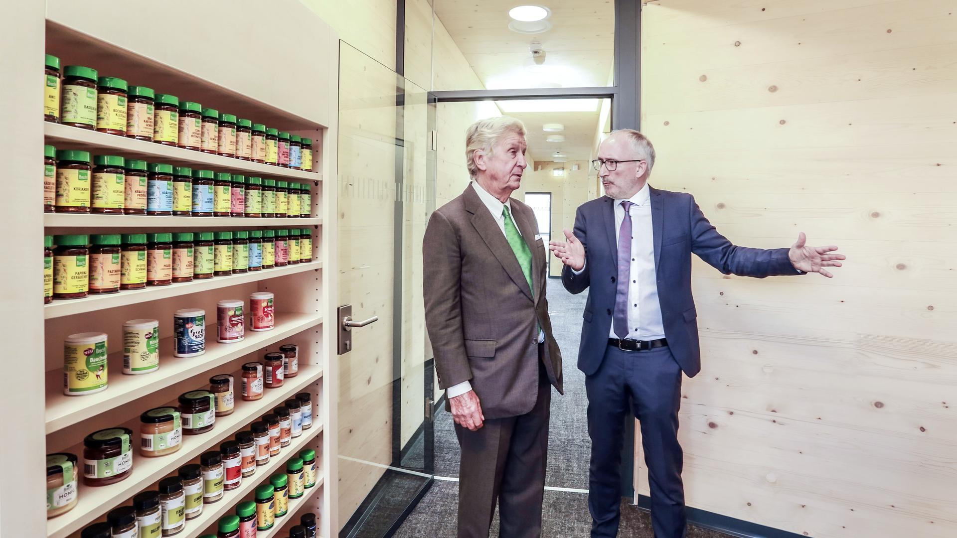 Eigentümer Albert Darboven und Geschäftsführer Bernd Eigendorf im neuen Verwaltungsbau der Gewürzmühle Brecht mit unbehandelten Holzwänden.