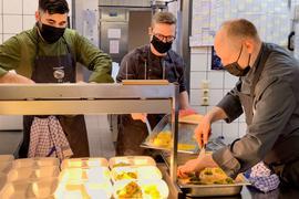 Im Anker Eggenstein wird in der Küche gearbeitet.
