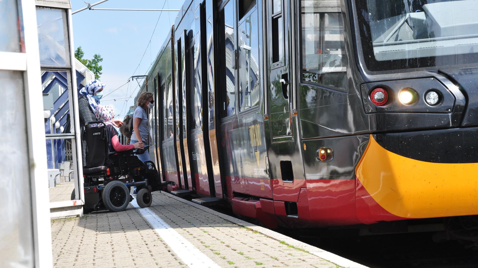 In Eggenstein-Leopoldshafen verkehrt die Linie S1/11 regelmäßig aus und in Richtung des Oberzentrums Karlsruhe. Barrierefreie Haltestellen sowie Echtzeitinformationssysteme gibt es aber noch nicht überall.