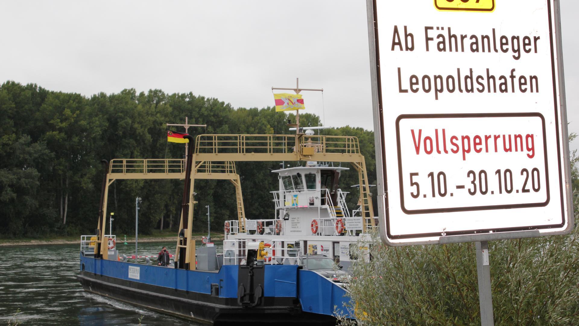 Fähre am Rhein bei Leopoldshafen, Hinweisschild auf Sperrung