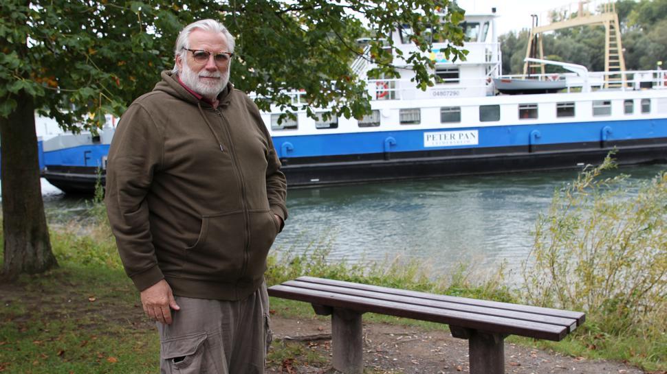 Mann am Rhein bei der Fähre