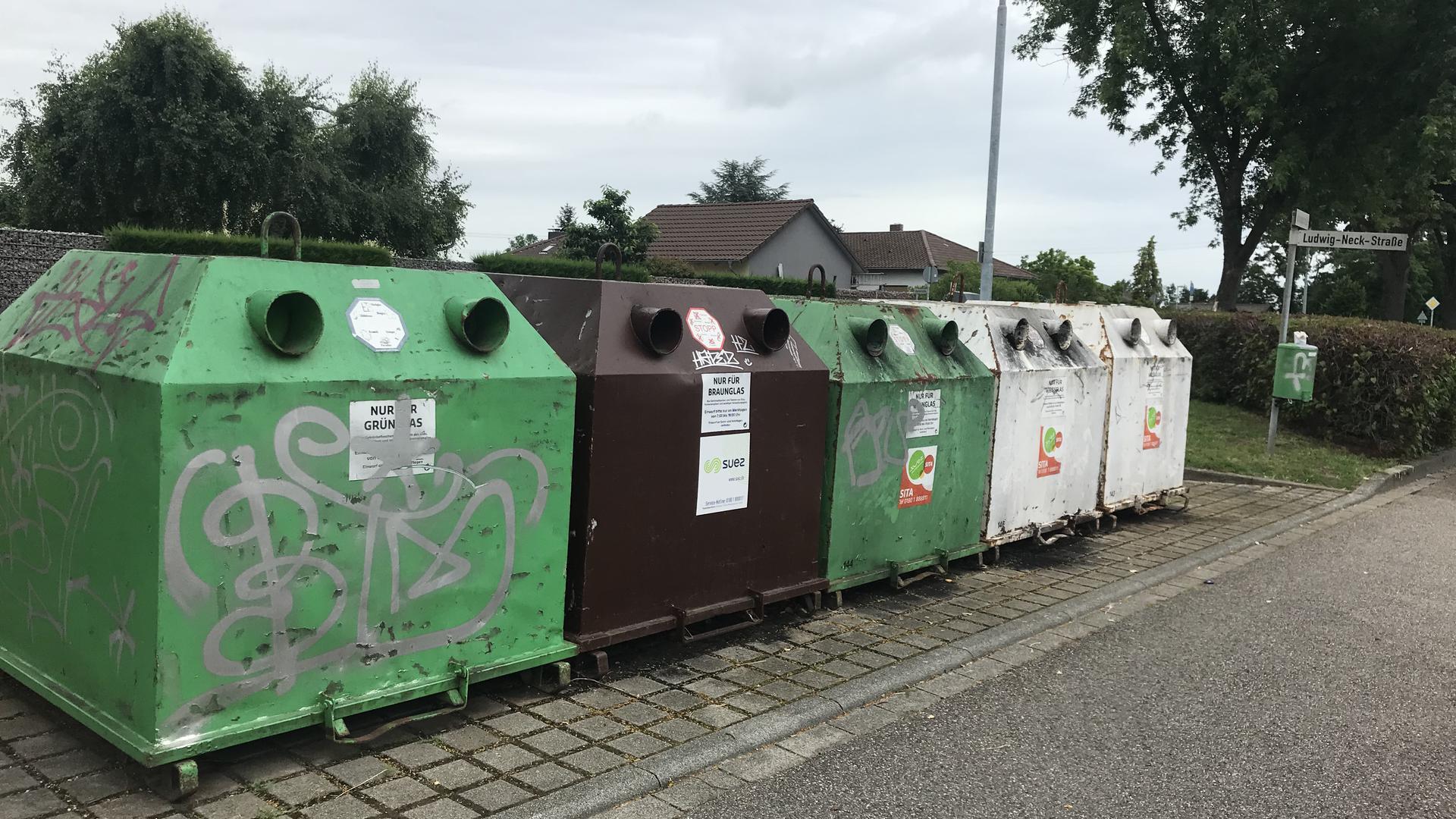 Kürzlich geleert: Anfang der Woche sahen die Altglas-Container in der Ludwig-Neck-Straße in Eggenstein-Leopoldshafen ordentlich aus. Flaschen oder Gläser standen weder daneben noch darauf.