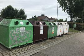 Kürzlich geleert: Anfang der Woche sahen die Altglas-Container in der Ludwig-Neck-Straße in Eggenstein-Leopoldshafen von Außen ordentlich aus. Flaschen oder Gläser standen werder daneben noch obendrauf.