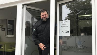 """Marcel Kazda hat beim """"garbo"""" im Hotel Löwen eine Drive-In-Abholstation eingerichtet. Durch die Terrassentür hindurch konnte er so während des Corona-Lockdowns das Geschäft am Laufen halten."""