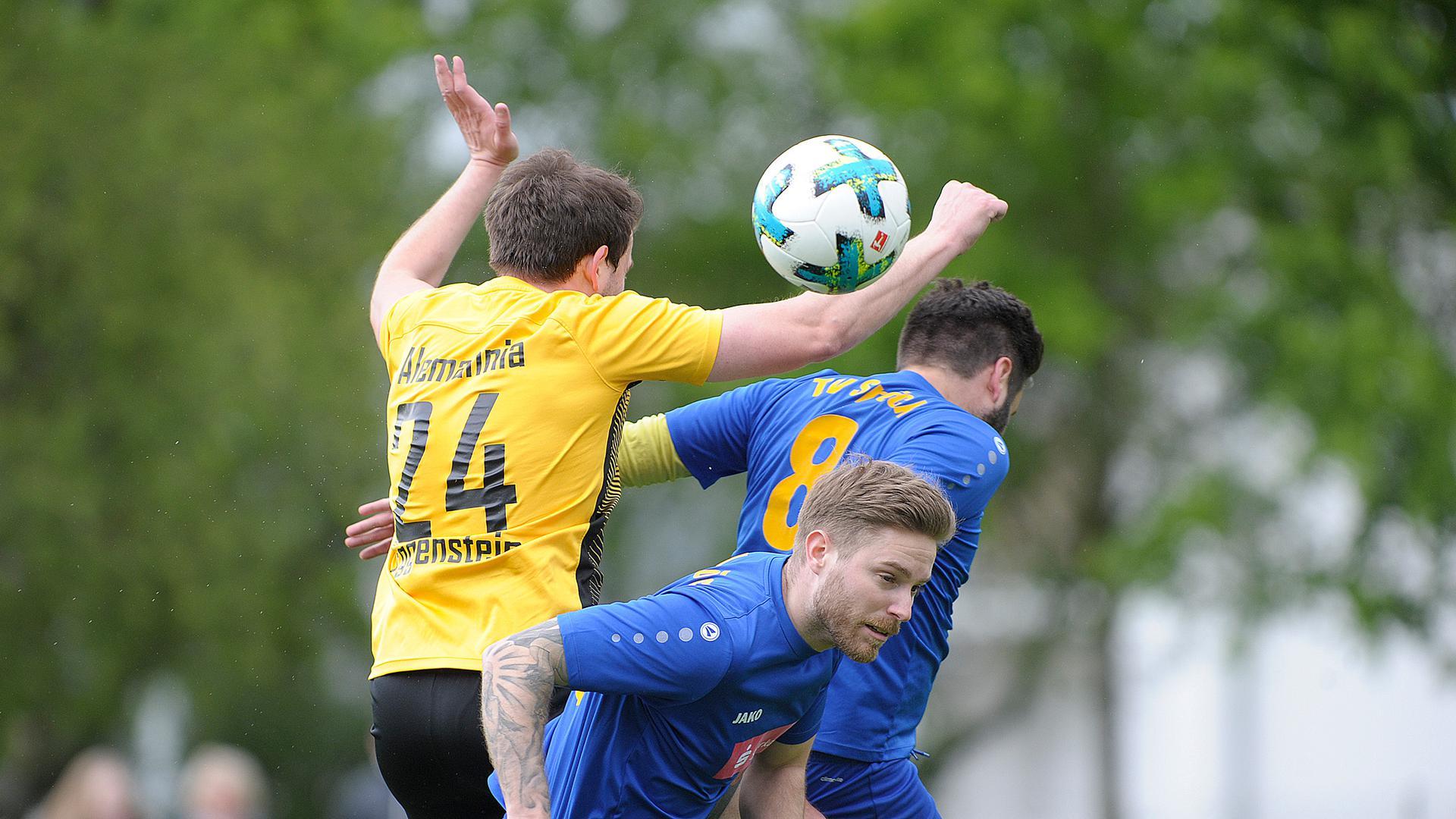 Fußball-Kreisliga: Nico Di Benedetto und Norman Durand (Mitte) (Spöck)  gegen links Richard Henning (Eggenstein)