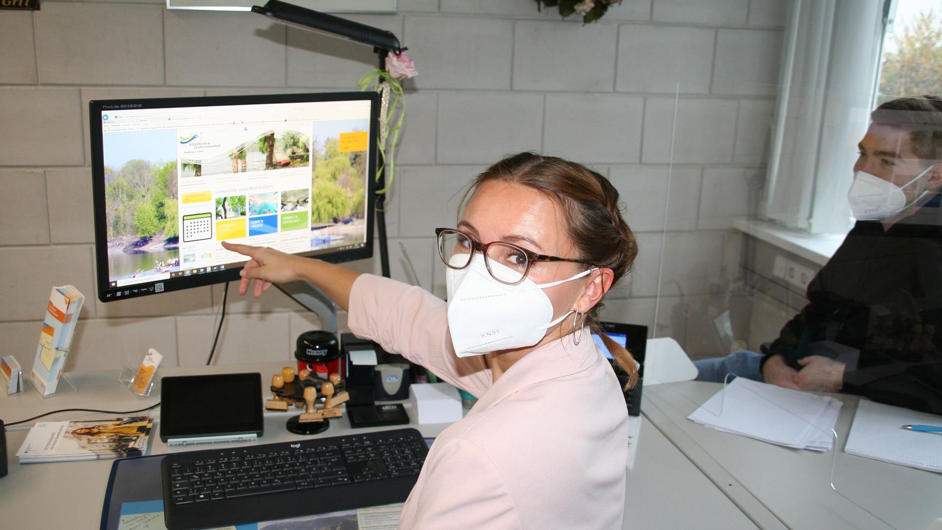 Frau an PC