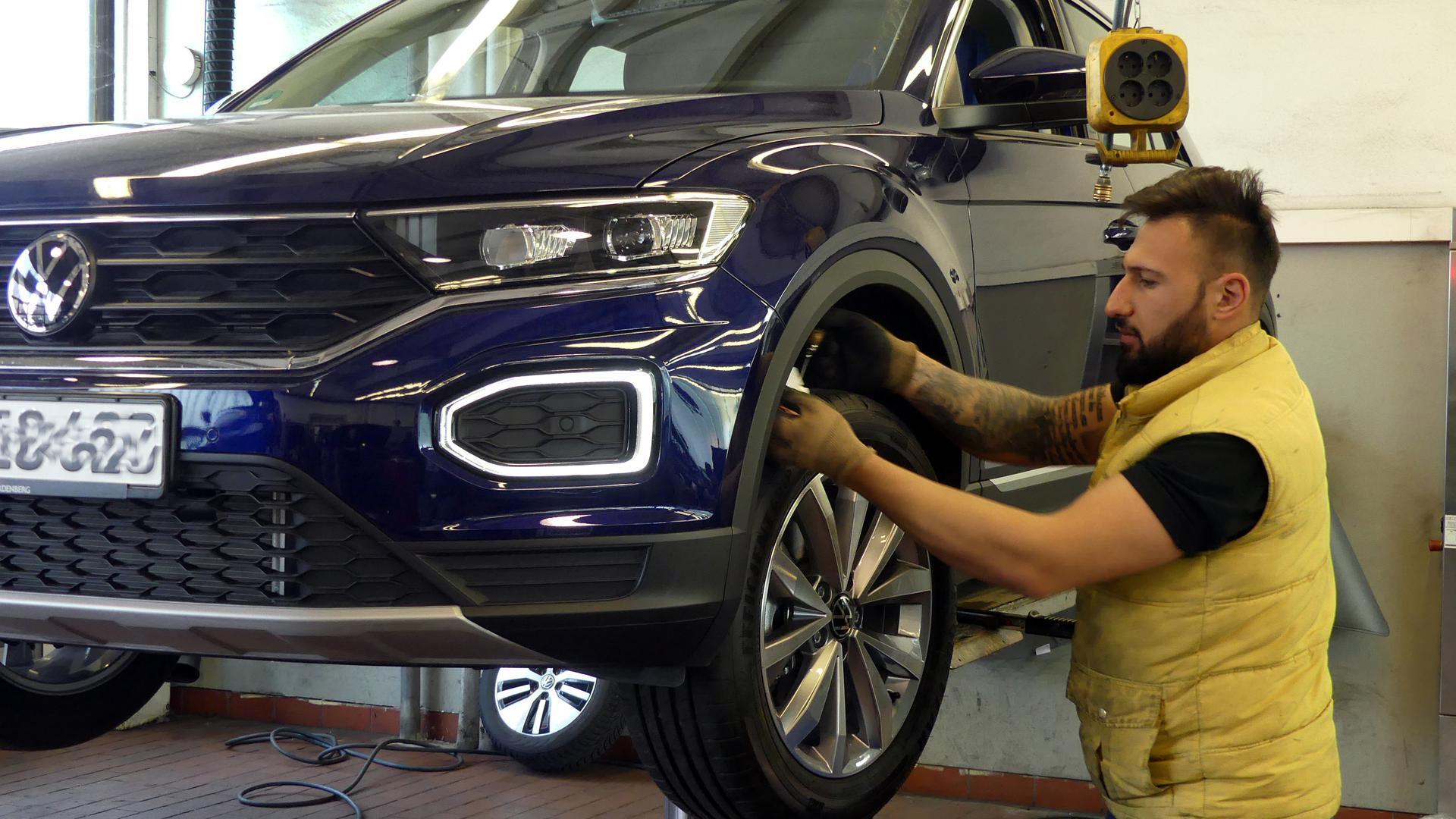 Beim Autohaus Graf Hardenberg in Eggenstein:  Angestellter wechselt Reifen