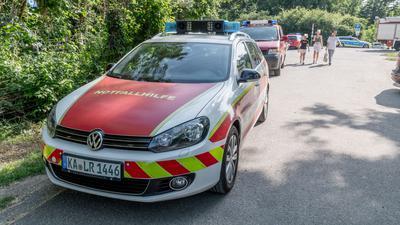 Ein Großaufgebot an Rettungskräften war am Mittwochnachmittag am Eggenstein-Leopoldshafener Baggersee Mittelgrund wegen eines leblos aus dem Wasser gezogenen Mannes.
