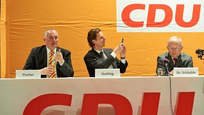 Parteifreunde: Die beiden Bundestagsabgeordneten Axel Fischer und Olav Gutting mit Bundestagspräsident Wolfgang Schäuble (von links) auf einer CDU-Veranstaltung in Karlsdorf Neuthardt.