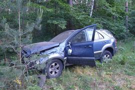 Geländewagen demoliert am Waldrand