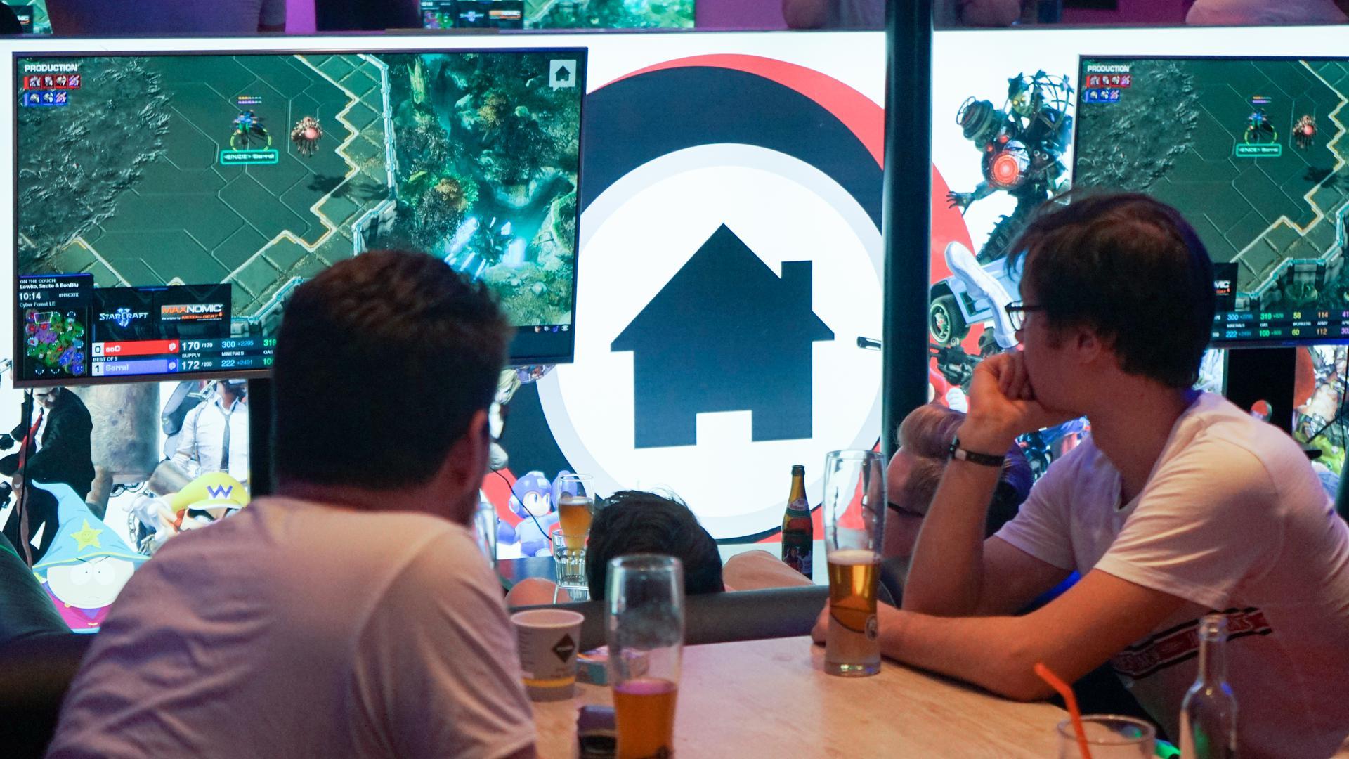 """Gäste verfolgen in der Takes Bar das E-Sport-Turnier «Homestory Cup». Zweimal im Jahr zieht es internationale Top-Spieler der E-Sport-Disziplin Starcraft 2 nach Krefeld. Zum «Homestory Cup» kommen 32 Top-Spieler aus aller Welt, um sich in der Disziplin Starcraft 2 zu messen. (zu dpa """"Weltmeister in Bar-Atmosphäre beim E-Sport-Turnier «Homestory Cup») +++ dpa-Bildfunk +++"""