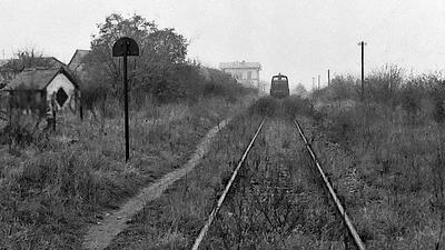 Alte Bahntrasse in schwarz-weiß