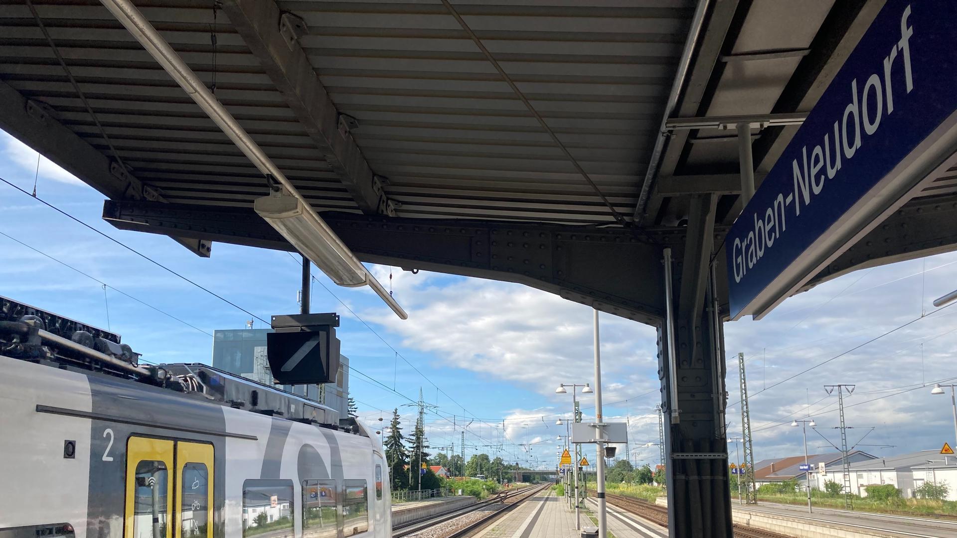 Bahnhof der Zukunft: Mit Regiomove sollen Fahrgäste schnell und unkompliziert auf andere Verkehrsmittel umsteigen können. Am Bahnhof in Graben-Neudorf soll das ab Januar 2022 möglich sein.