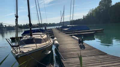 Segelboote am Steg eines Sees.