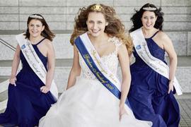 Drei junge Frauen mit Kleid und Krönchen