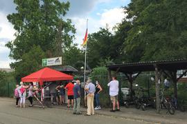 Streng kontrolliert: Die Mitglieder des Vogelschutz und Zuchtvereins Neudorf kommen nur handverlesen von der Security zur Versammlung. Kritiker der Zustände im Tier- und Vogelpark, den das Veterinäramt geschlossen hat, werden nach einer Abstimmung nicht zugelassen.