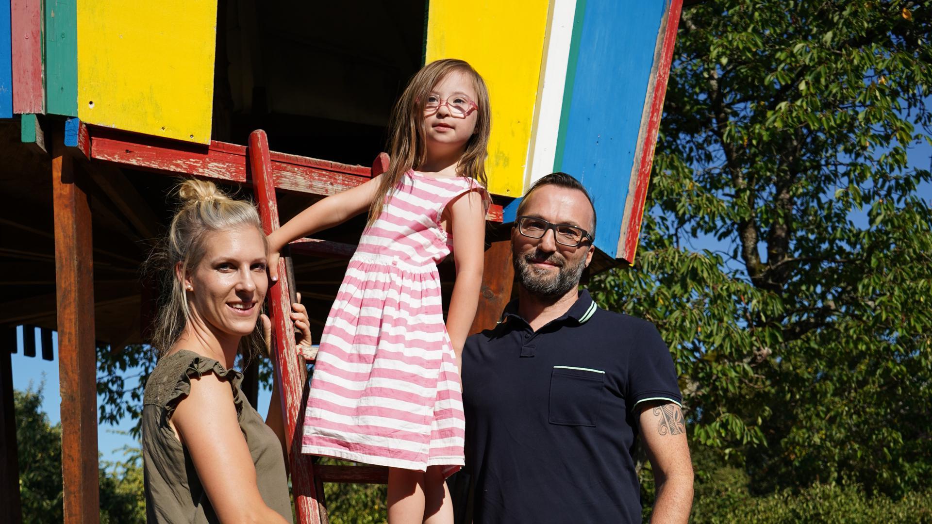 Simone Jahraus, Ida Jahraus und Thorsten Jahraus am Baumhaus in ihrem Garten in Linkenheim.