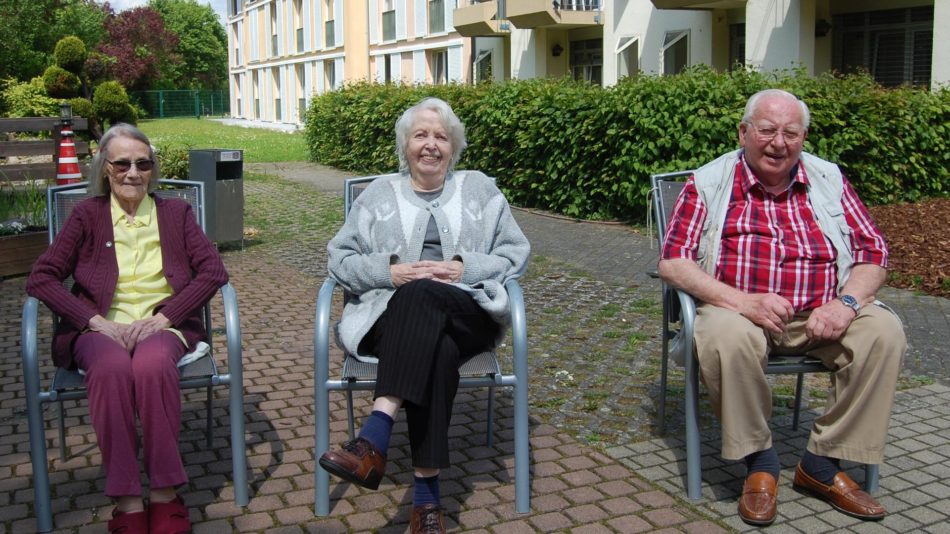 Gertrud Lamm, Anna Saxer und Günter Gerspacher (von links), Bewohner des Altenpflegeheims Geschwister W. Nees in Linkenheim-Hochstetten