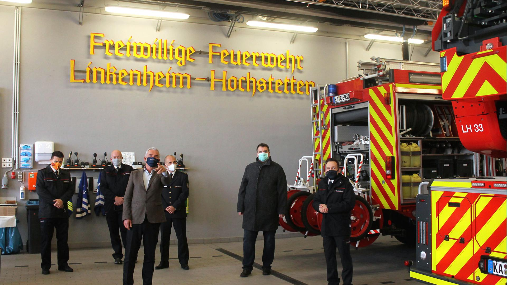 Einblicke und Ausblicke rund ums Feuerwehrwesen bot ein Besuch von Innenminister Thomas Strobl (vorne) bei der FF Linkenheim-Hochstetten