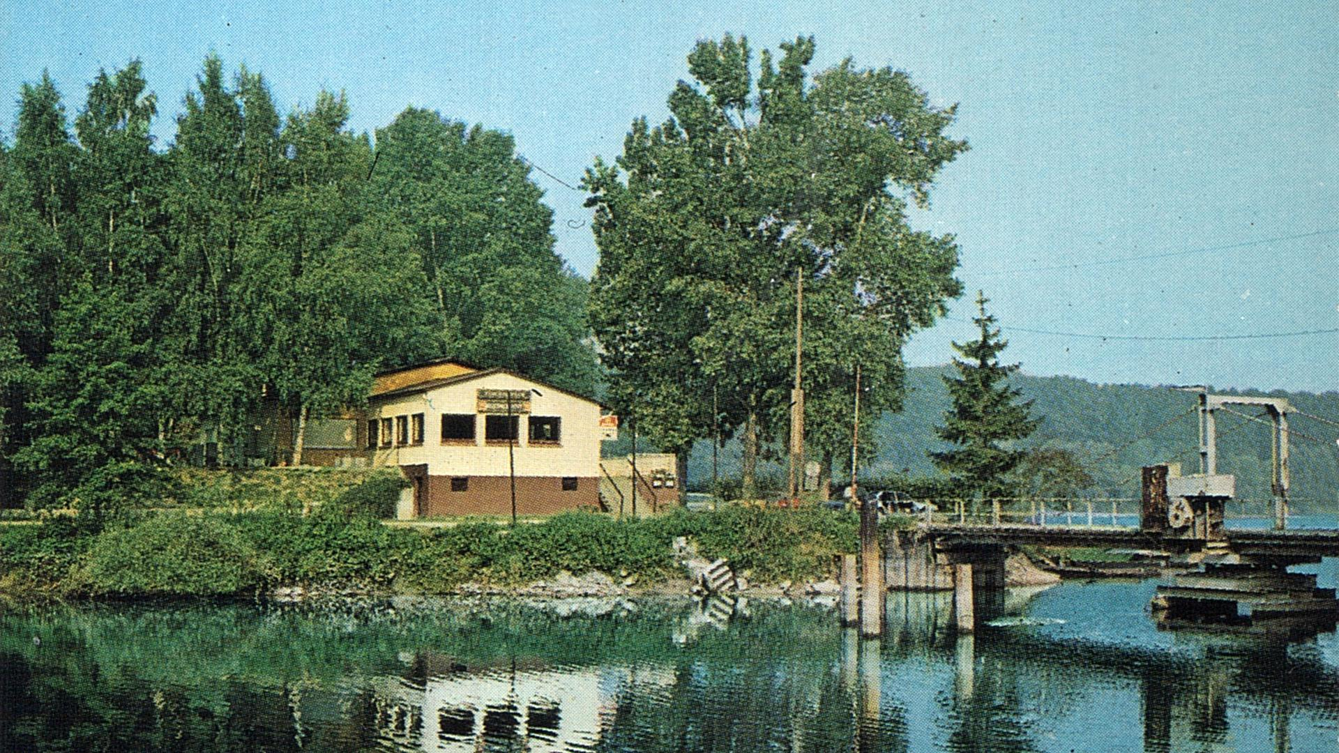 Einladende Idylle: Um 1980 ließ das Pächterehepaar farbenfrohe Werbekarten für das Fischerheim auf der Hochstetter Insel Rott drucken. Das Motiv zeigt auch die Drehbrücke.