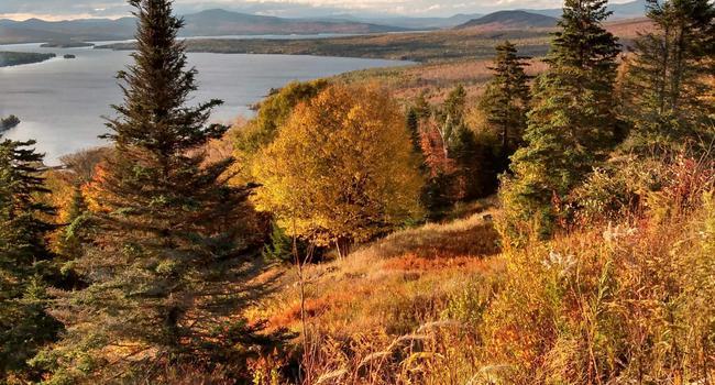 """Weites Land: Eine malerische Aussicht auf Berge und Seen hat man am """"Height of the Land"""" im US-Bundesstaat Maine."""