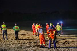 """Nächtlicher Einsatz: DLRG, Polizei und Feuerwehr waren am Baggersee """"Streitköpfle"""" vor Ort und suchten nach einem mutmaßlich Ertrunkenen."""