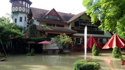 Restaurant auf der Insel Rott. Außenanlage steht unter Wasser