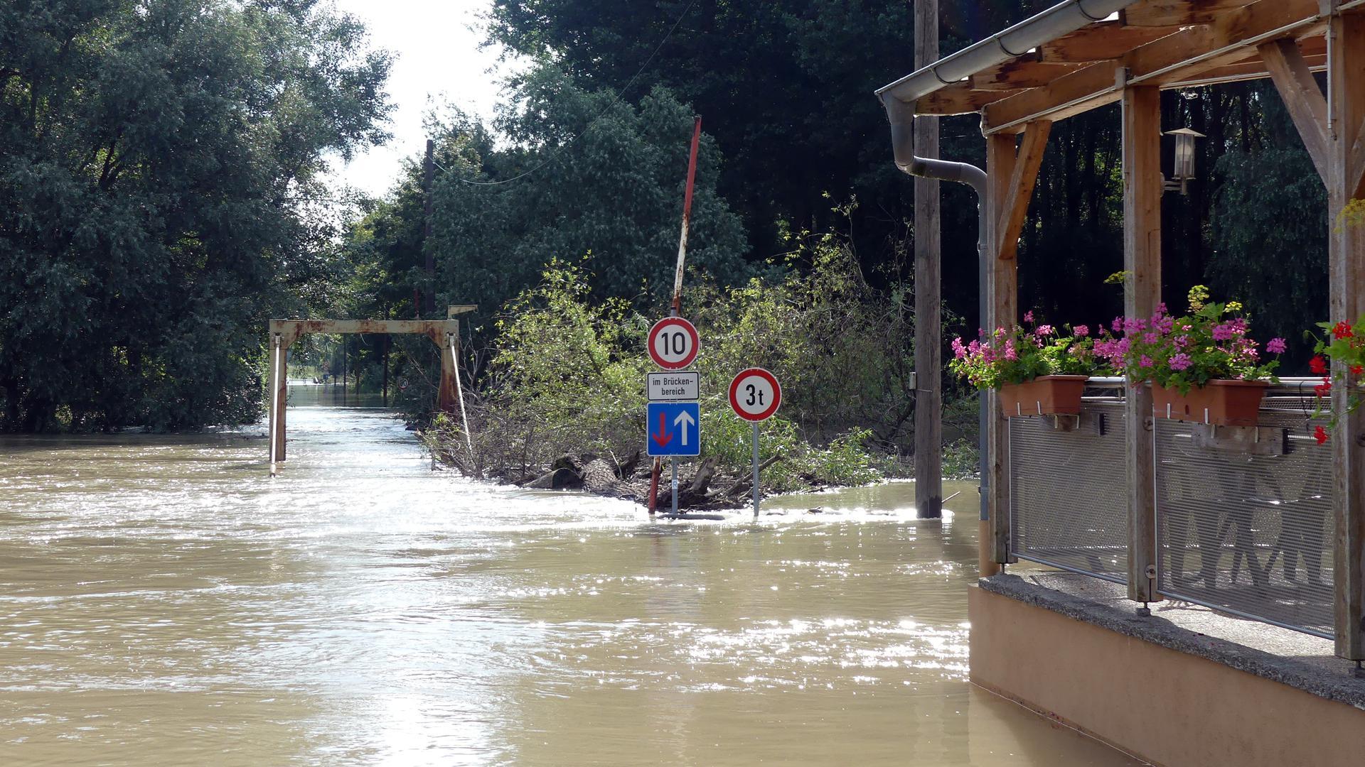 Brücke auf Insel Rott steht unter Wasser