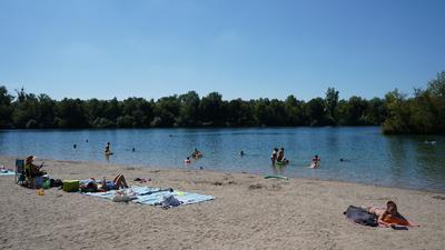 Badegäste am Strand und im Wasser des Badesees Streitköpfle in Linkenheim