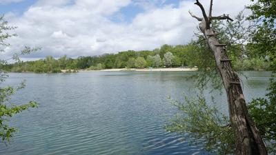 Sandstrand und grünblaues Wasser: der Baggersee Streitköpfle, auch Bali genannt.