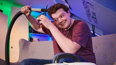 Joshua Otto, ein Tischler in der Ausbildung, schneidet sich im Lockdown die Haare selber. Er nutzt dazu einen Staubsauger mit Abstandhalter, um die Haare alle gleich lang zu schneiden. Der Industriestaubsauger ist zwar laut, aber man muss hinterher nicht kehren. So kann er das sogar in seinem Zimmer auf der Couch machen. (zu dpa-Korr «Schnipp, schnapp, Haare ab: Selber schneiden im Lockdown») +++ dpa-Bildfunk +++