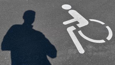Ein Piktogramm für einen Behindertenparkplatz und ein Schatten einer Person sind auf dem Asphalt zu sehen. Eine Mitarbeiterin mit Behinderung klagt vor einem polnischen Gericht auf Zahlung eines Zuschlags. Diesen hatte der Arbeitgeber allen Mitarbeitern versprochen, die zu einem bestimmten Zeitpunkt einen Bescheid über eine Behinderung vorlegten. Die Klägerin hatte ihren Bescheid bereits früher vorgelegt und erhielt den Zuschlag nicht. Das Bezirksgericht Krakau will vom Gerichtshof wissen, ob die EU-Richtlinie über die Gleichbehandlung in Beschäftigung und Beruf verletzt wird. +++ dpa-Bildfunk +++