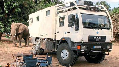 Irgendwo in Afrika: Wer wild campiert, muss mit wilden Tieren rechnen. Bevor der Unicat-Eigner den neugierigen Besucher fotografierte, warf er noch schnell die Aufbautür zu, um dem Elefanten den Weg zur Obstschale drinnen auf dem Tisch zu versperren.