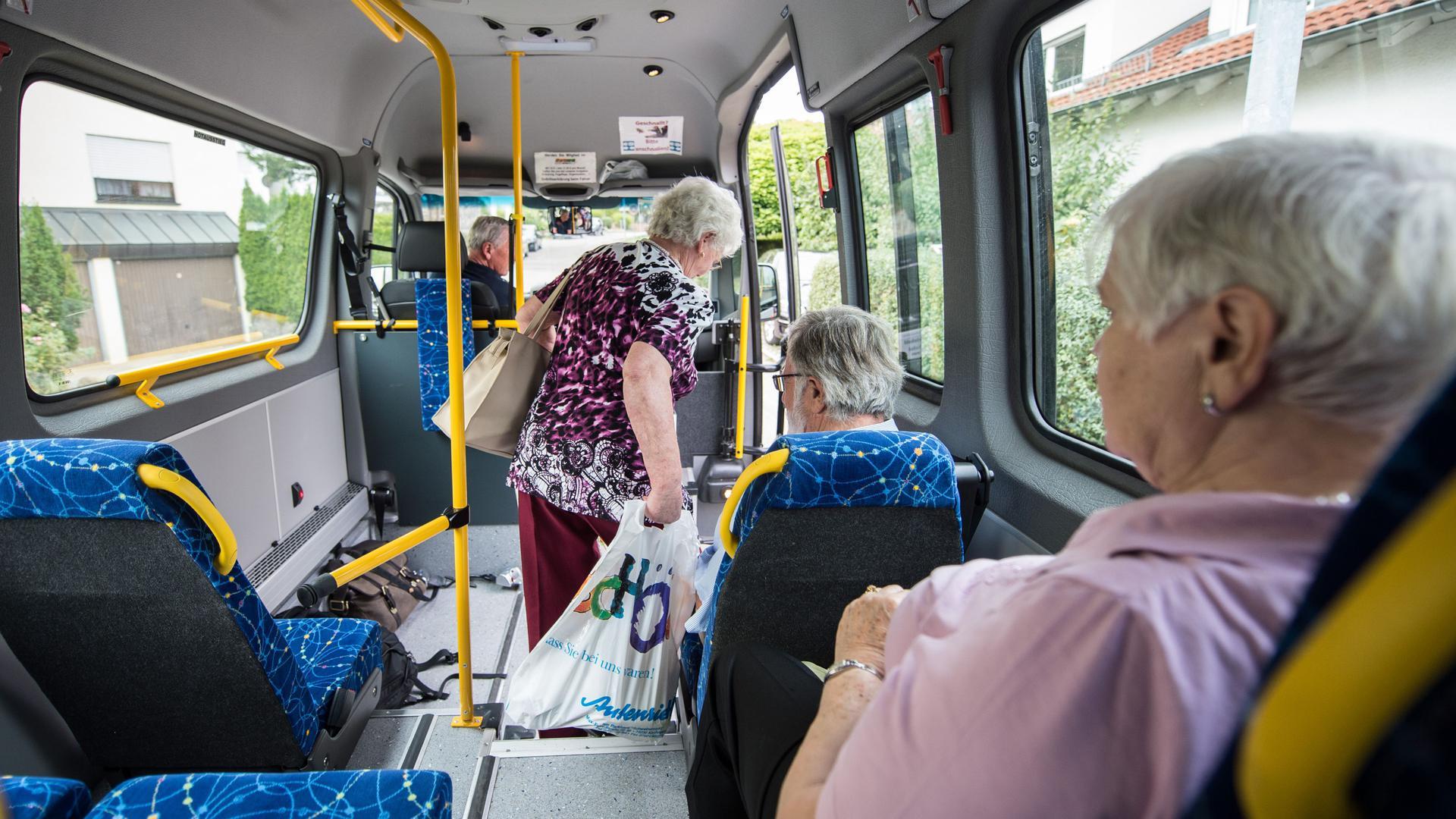 Eine Frau steigt aus einem Bürgerbus aus.