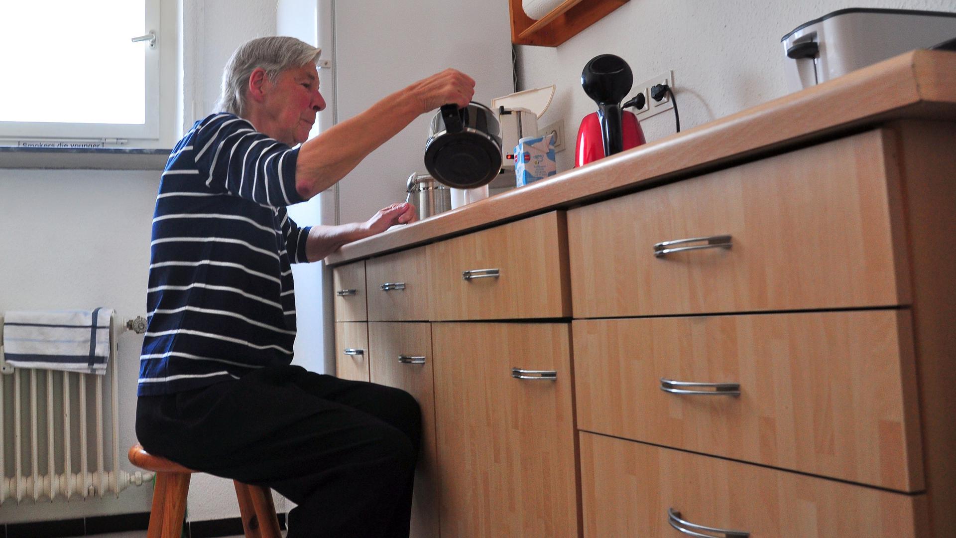 In der Küche von Gerda Honig steht ein Hocker. Sie ist darauf angewiesen, denn langes Stehen ist mit chronischem Erschöpfungssyndrom häufig nicht möglich. Sie muss sich setzen.