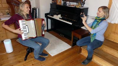 Früherziehung mit der Kamera: Musikpädagogin Ulrike Günther und ihre Tochter Anne Streich (rechts) beschreiten mit ihren lebendigen Unterrichtsfilmen neue digitale Wege.