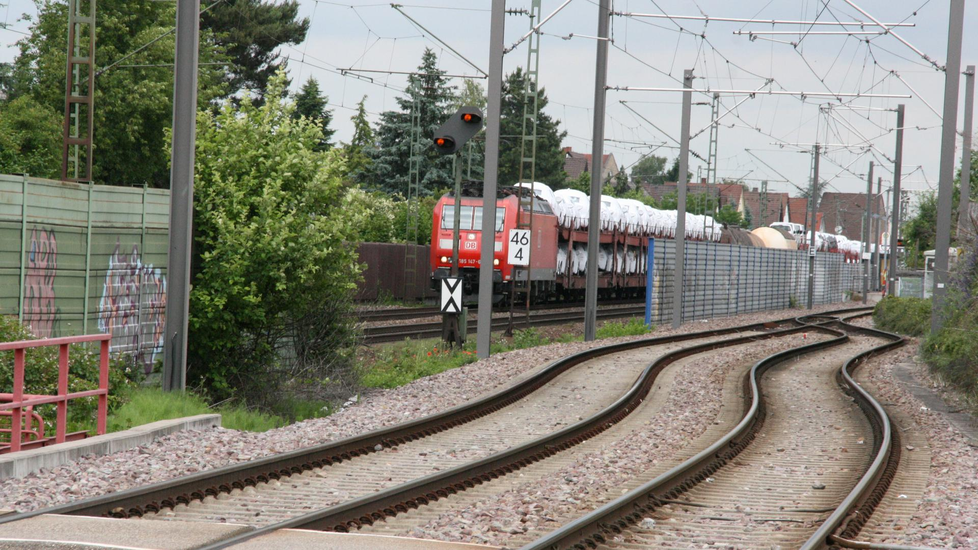 Auch kein Platz: In Friedrichtsal führt die Bahnstrecke mitten durch den Ort. Platz für zusätzöliche Gleise sieht die Bahn da nicht mehr.