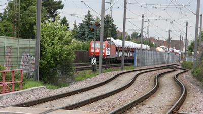 Güterzug auf Strecke mit Lärmschutz