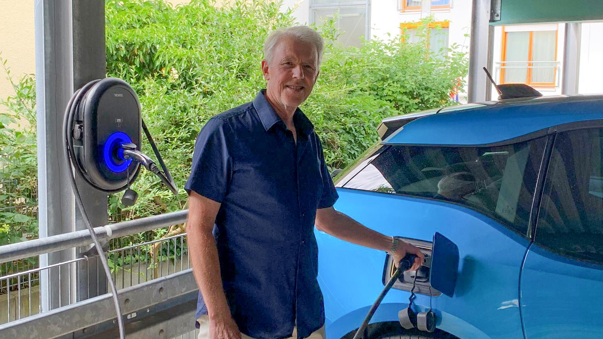 Einfach Aufgeladen: In der Regel schließt Jürgen Conrads aus Stutensee-Blankenloch sein blaues Elektroauto über Nacht an die private Ladestation an.
