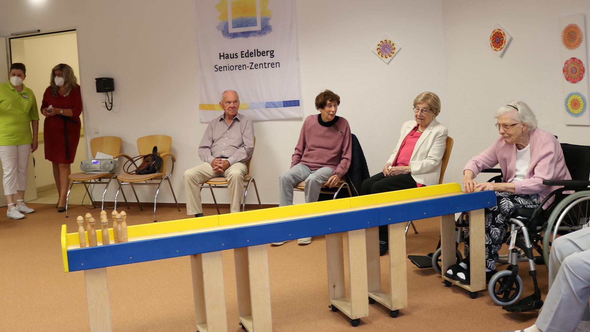 Spaß und Abwechslung: Tischkegeln ist ein Element des vielseitigen Beschäftigungsprogramms, das die Seniorenheime ihren Bewohnerinnen und Bewohnern anbieten