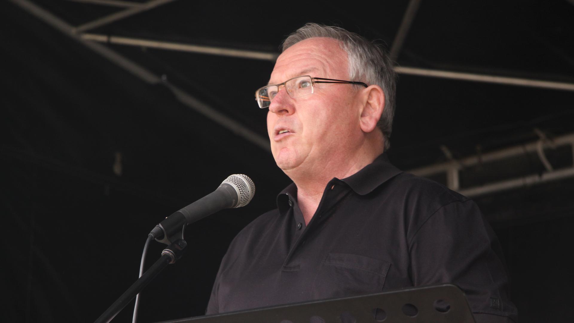 Mann (Kurt Gorenflo) am Mikrofon