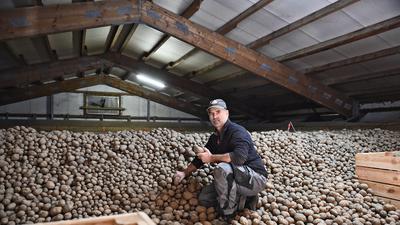 Landwirt Uwe Lengert sitzt in seinem Kartoffellager.