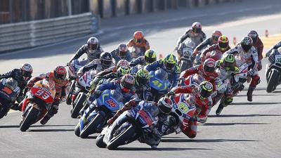 epa05629750 MotoGP riders at the start of the Comunitat Valenciana GP race at Ricardo Tormo circuit, in Cheste, outside Valencia, eastern Spain, 13 November 2016. EPA/KAI FOERSTERLING +++(c) dpa - Bildfunk+++ |