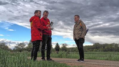 Drei Männer und eine Flugdrohne