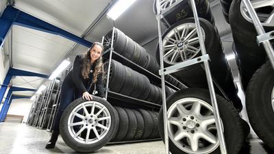 Im Lager: Laura Hechler aus Stutensee erklärt, dass beim Reifenwechsel das Gros der Kunden bis Ende Oktober oder Anfang November mit warten würden.