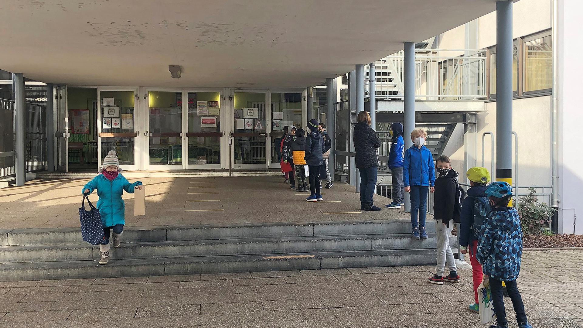 Wissensausgabe in handlichen Kuverts   Grundschüler holen am Montagmorgen ihre Lernpakete für das Home-Schooling im Foyer der Pestalozzi-Schule Blankenloch ab.